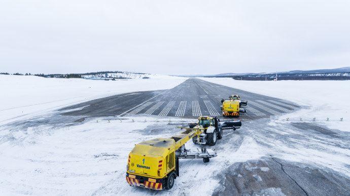Insolite - Deux Valtra pour déneiger les pistes d'aéroport de manière autonome?