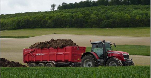 Nouveauté Sima 2011 - Transport - Les Massey Ferguson 8.600 et leur bennes gardent le cap !