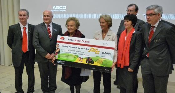 Opération Pièces Jaunes 2012 - Massey Ferguson a remis un chèque de 50.000 € à Bernadette Chirac